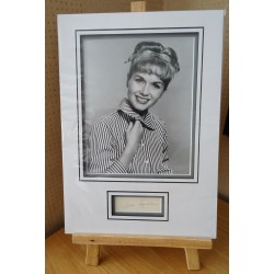 Debbie Reynolds signed authentic genuine signature autograph display